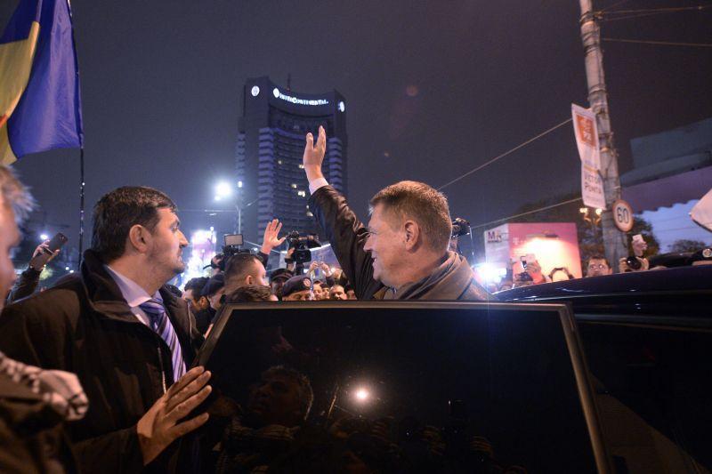 Iohannis a mers in Piata Universitatii. Blaga: Iohannis ESTE NOUL PRESEDINTE, cu 54,39% din voturi. Bucuresti, Iasi si Focsani, primele orase mari castigate de candidatul ACL