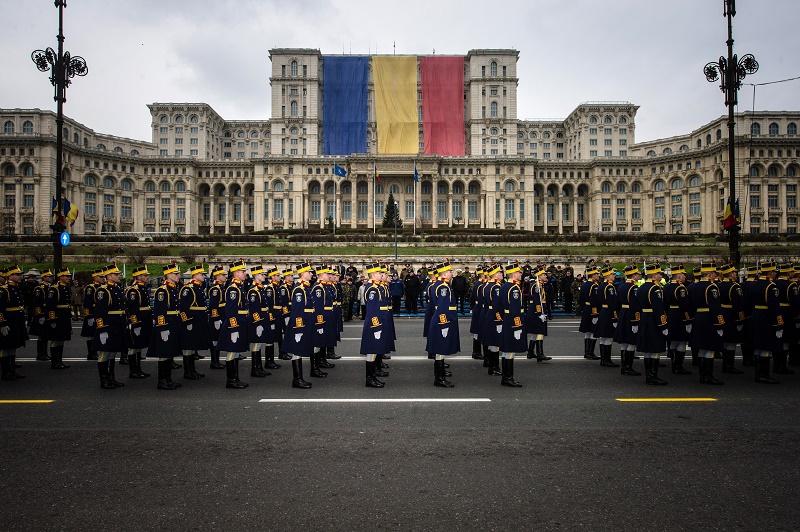 Premierul Ponta si presedintele Basescu au participat la parada de 1 Decembrie din Piata Constitutiei