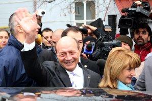 """ULTIMA POZĂ a lui Băsescu la Cotroceni. """"Asta e ţara pe care i-o voi preda lui Klaus Iohannis"""""""
