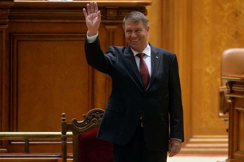 Imaginile care nu s-au văzut la televizor în timpul ceremoniei de învestitură a lui Iohannis. Ce au făcut Iliescu şi Ponta când preşedintele rostea primul său discurs în Parlament