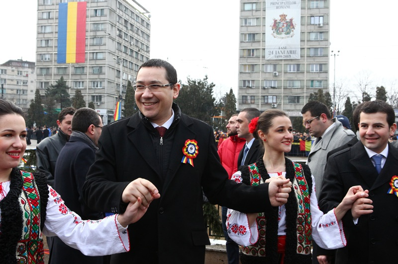 Iohannis si Ponta s-au prins in Hora Unirii, la Iasi. Impreuna, la masa Mitropolitului