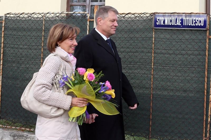 Decizia pe care Prima Doamna, Carmen Iohannis, a luat-o in privinta CARIEREI DE PROFESOARA, dupa ce a fost nevoita sa vina la Bucuresti