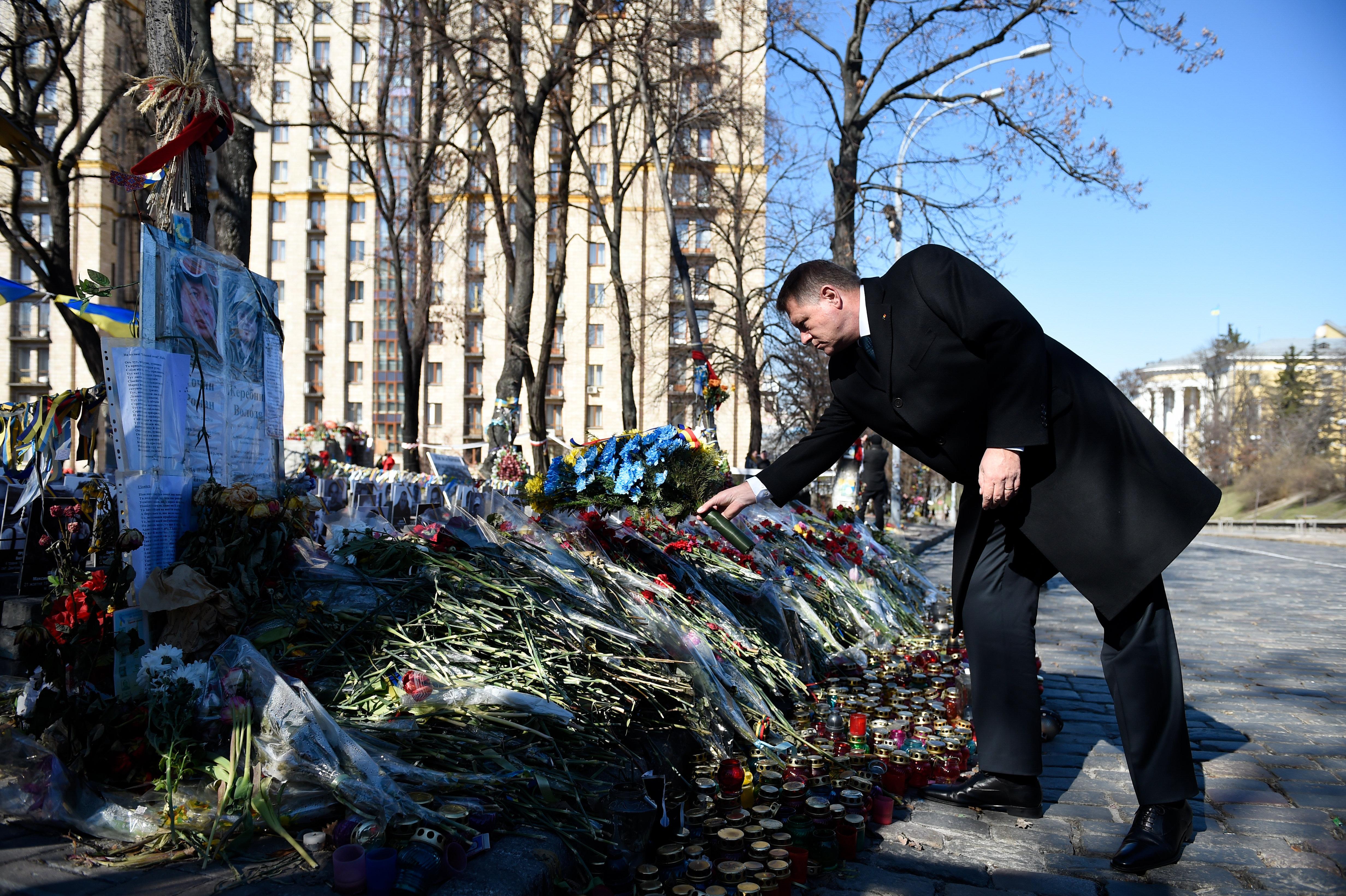 Prima oprire a lui Iohannis la Kiev: Maidanul. Presedintele a salutat Garda de onoare in ucraineana