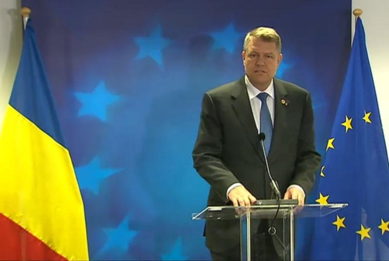 Un televizor a pornit in timp ce Iohannis sustinea o conferinta de presa la Bruxelles. Ce a facut presedintele dupa