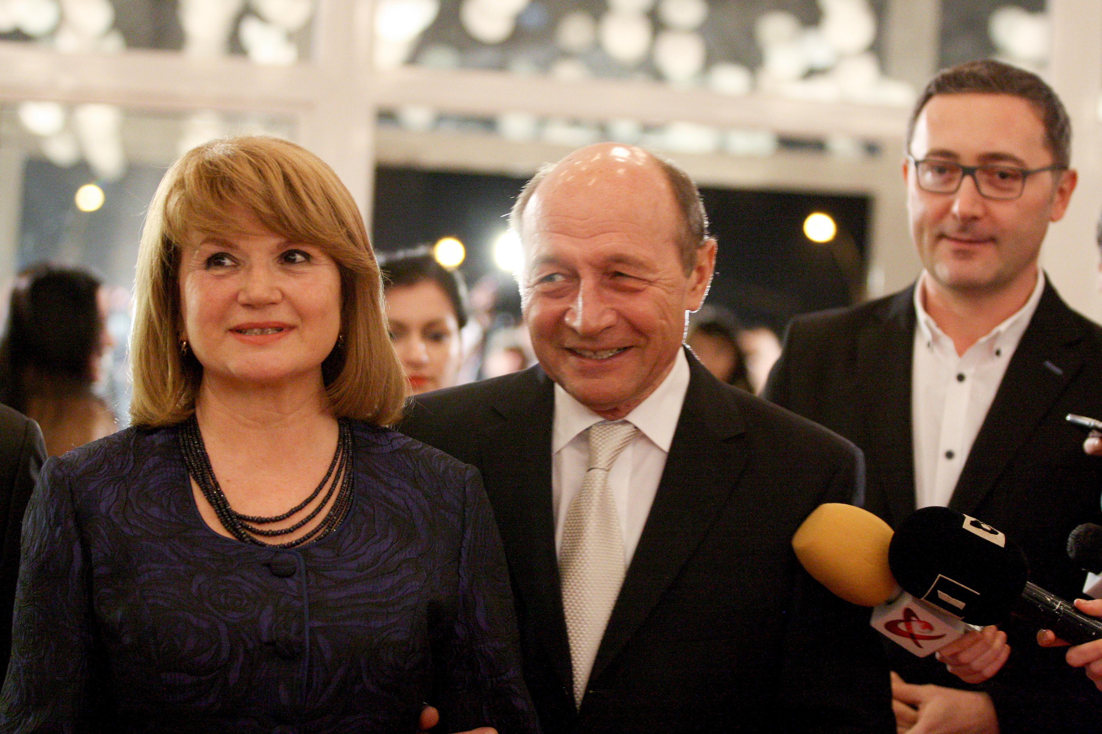 INEVITABILUL s-a produs! Anunt BOMBA despre sotia lui Basescu. Anuntul a fost facut OFICIAL chiar de fostul presedinte. ,,Nu reusesc sa scap