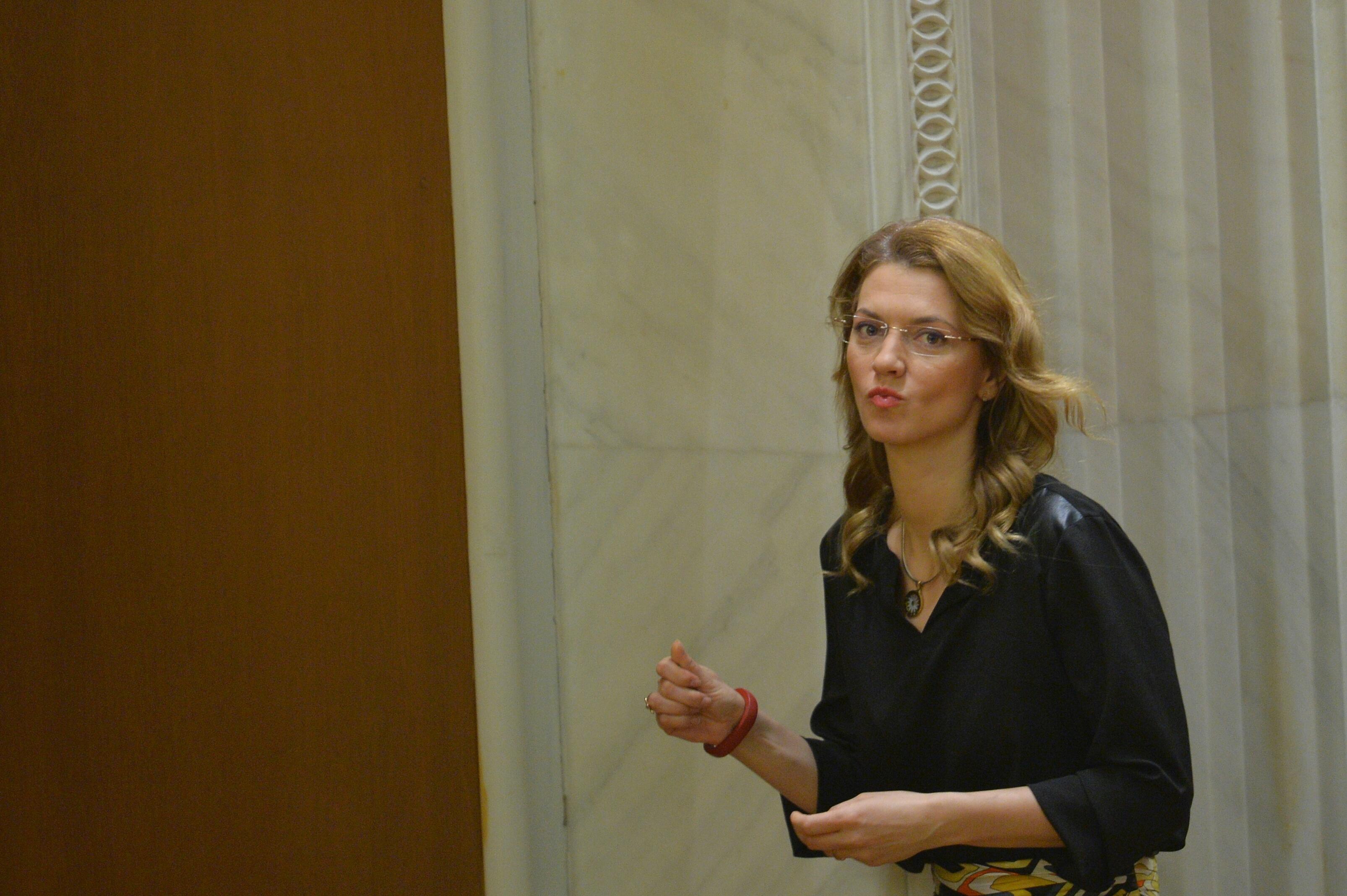 Alina Gorghiu acuza un filaj asupra ei comandat de Ponta. ,,Sa mai zica cineva ca nu avem un premier preocupat chiar si din Turcia de soarta opozitiei din Romania!