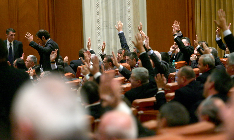 Legea care le permite parlamentarilor sa revina oficial in afaceri a fost adoptata de Senat