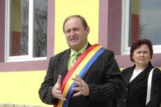 Primarul unei comune, suspendat din funcţie după ce a depus jurământul. Care este motivul