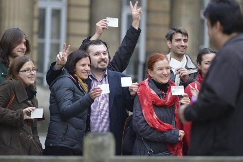 Soluţia Guvernului pentru a-i aduce la vot pe românii din străinătate. Noile reguli pentru secţiile de votare din diaspora