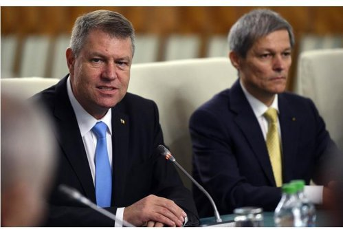 """Cioloş """"nu se dă deoparte"""" de la încă un mandat, dar exclude PSD. Replica """"fără sensibilităţi"""" a lui Iohannis"""