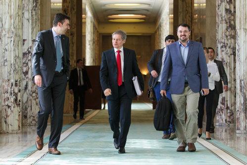 """Primul ministru din Guvernul Cioloş care DEMISIONEAZĂ pentru a candida la parlamentare. """"De azi începe altceva"""""""