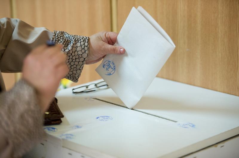 Greu de ales: jumătate dintre candidaţii la parlamentare, penali sau incompatibili