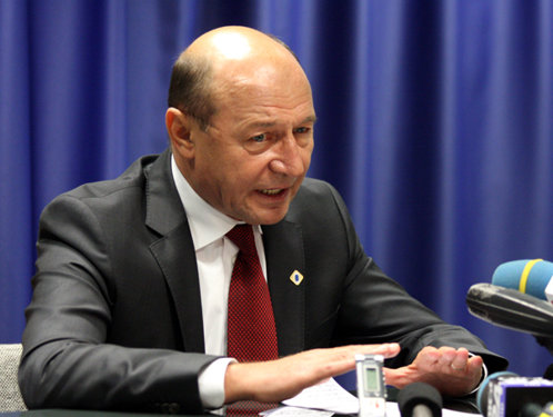 """Băsescu, tranşant faţă de """"jocul"""" cu OUG 13 şi 14: Senatul a fost umilit pentru a mai da o gură de oxigen guvernului care trebuie să plece"""