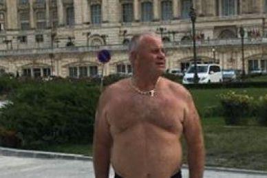 Fostul şef al Poliţiei Rutiere Botoşani, poză în chiloţi în faţa Parlamentului. Cum şi-a explicat gestul