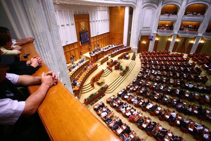 Deputaţii au adoptat pe articole iniţiativa cetăţenească de revizuire a Constituţiei.