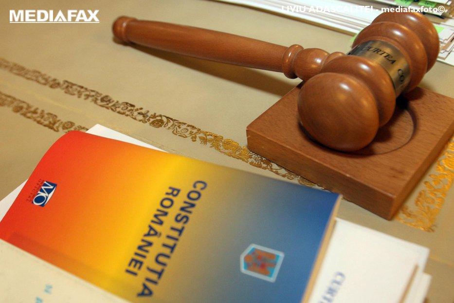 CCR: Membrii consiliilor de administraţie ale TVR şi Radioului public pot fi înscrişi în partide politice