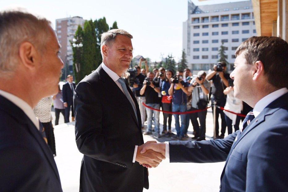 În vizită în HAR-COV, Iohannis a fost întâmpinat cu imnul Ţinutului Secuiesc. Reacţia preşedintelui când i s-a dat steagul secuiesc