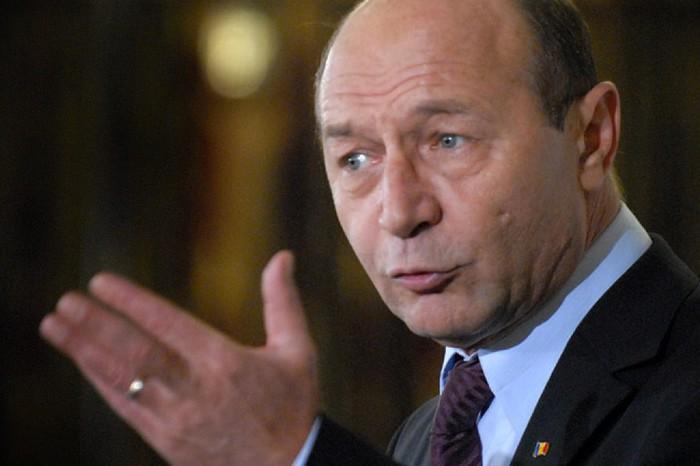 Traian Băsescu se vrea candidat la alegerile parlamentarele din R. Moldova.  Condiţia care îl împiedică să facă asta