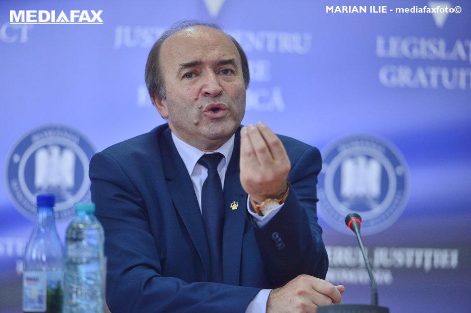 """Ministrul Justiţiei îşi apără fiul implicat în scandalul concursului """"cu dedicaţie"""