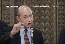 Băsescu, mesaj pentru Iohannis: Greşeşte.  Nu aşa se conduce, cu oameni în stradă