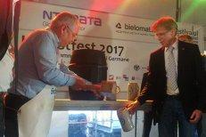 Boc a dat cep unui butoi cu bere germană şi a ciocnit o halbă cu ambasadorul Germaniei. FOTO