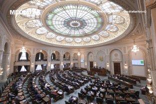 Condamnaţii definitiv pot să candideze la funcţia de preşedinte al României. Legea care le-ar fi interzis acest lucru, respinsă în Senat