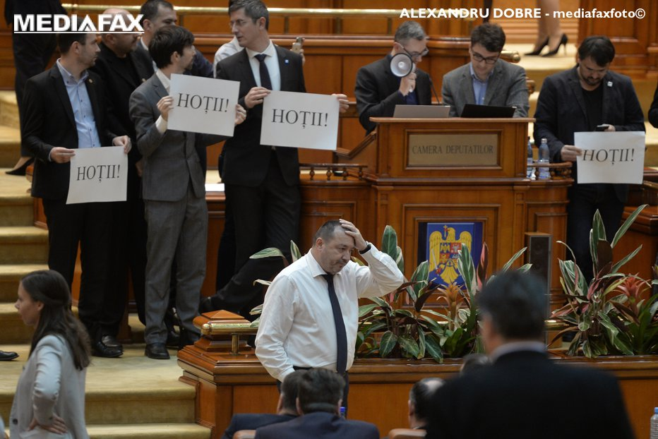 PSD revine şi vrea ca pragul abuzului în serviciu să fie stabilit la 200.000 de euro. 38 de parlamentari susţin un proiect de lege cu multe schimbări care au provocat proteste în toată România