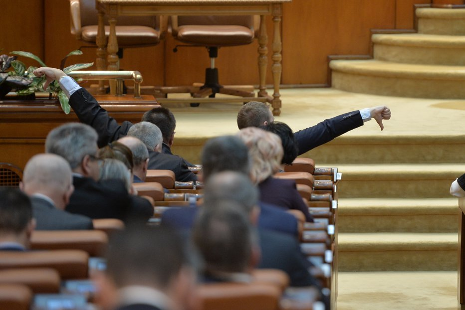 """Parlamentarii care şi-au pus semnătura pe proiectul pentru SUPERIMUNITATE bat în retragere. """"Una s-a discutat, alta s-a depus la Parlament"""""""