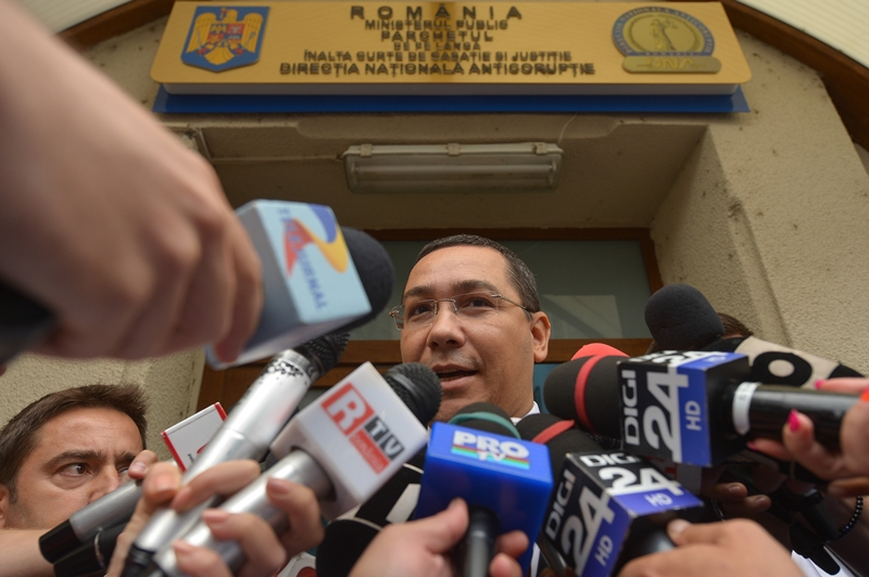 """Ponta, după aproape trei ore de audieri la DNA: """"E prost, pe bune, Dragnea"""". Singurul lucru care l-au întrebat procurorii pe fostul premier. UPDATE"""