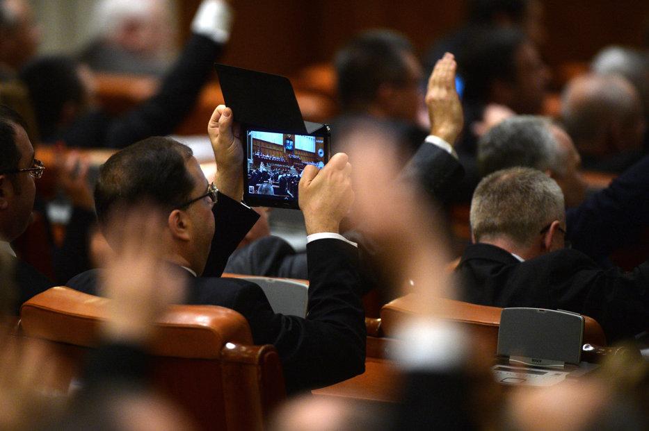 Mai mulţi parlamentari PSD, UDMR, PNL şi PMP vor pensii speciale pentru aleşii locali. Un lider liberal le cere colegilor să-şi retragă semnătura de pe proiect