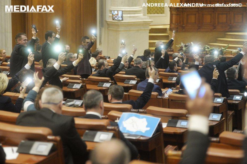 """Legile justiţiei, adoptate cu scandal în Parlament. PNL anunţă că va contesta la CCR modul în care votează PSD-ALDE. USR: """"#Fără Penali"""""""