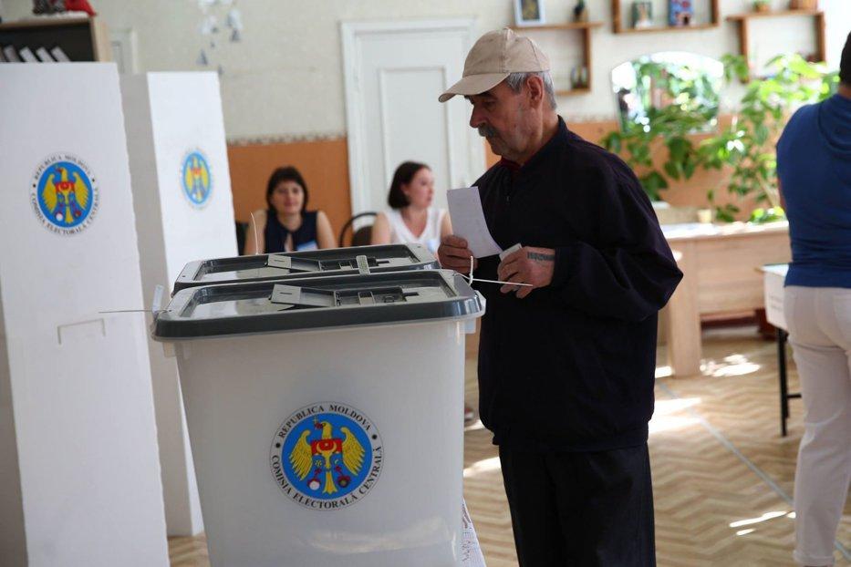 Ion Ceban şi Andrei Năstase câştigă primul tur al alegerilor pentru Primăria Chişinăului