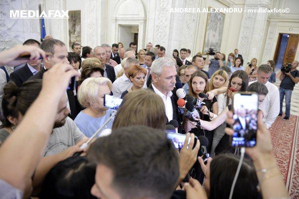 Liviu Dragnea înconjurat de liderii PSD după şedinţa CExN