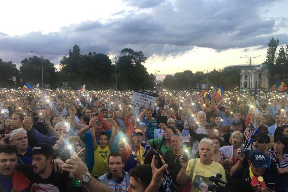Klaus Iohannis ordonante de urgenta protest societatea civila