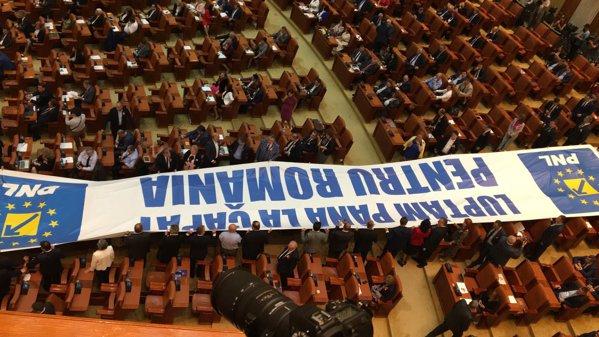 Banner desfășurat de PNL în Parlament