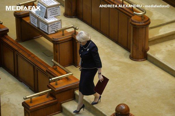 Viorica Dăncilă spre tribuna Parlamentului
