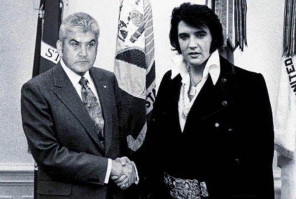 Una din glumele de pe internet despre trucarea fotografiei lui Oprea cu Obama. De ce nu şi cu Elvis?