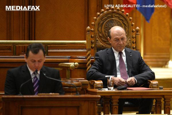 Traian Băsescu, privindu-l pe Gabriel Vlase
