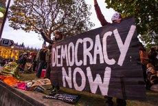 Cum mor democraţiile