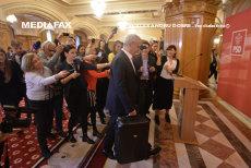 GOGOŞILE LUI DRAGNEA. Liderul PSD aduce DOUĂ VALIZE la CEx:  Nu vă interesează GOLĂNIILE făcute de preşedinte cu unii procurori?