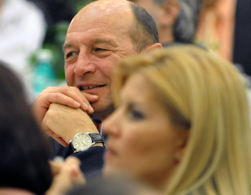 http://storage0.dms.mpinteractiv.ro/media/1/186/3928/3682582/3/basescu-udrea-111-rompres.jpg?width=800&height=600