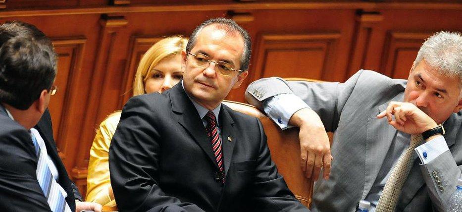 Elena Udrea a votat pentru plecarea lui Boc de la Guvern, împreună cu tot Cabinetul. Cum a reuşit premierul să stingă revoluţia şi să impună remanierea mică EXCLUSIV