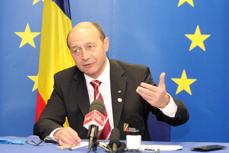 """După """"războiul lalelelor"""" cu Olanda, Băsescu anunţă """"războiul lactatelor"""""""