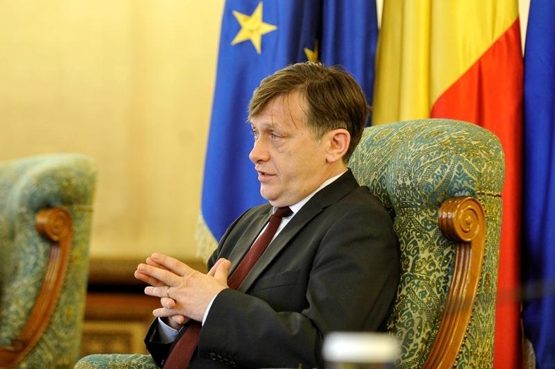 """Crin Antonescu, enervat de Merkel şi Barroso: """"Nu se poate să fii ditamai preşedinte de Comisie Europeană şi din vacanţă de undeva să-i mai trimiţi o scrisoare domnului Ponta"""""""