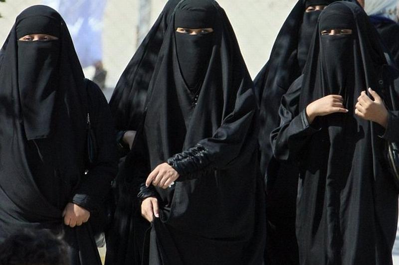Bărbaţii din Arabia Saudită primesc SMS dacă soţiile lor încearcă să plece din ţară. Alte interdicţii pentru femeile saudite