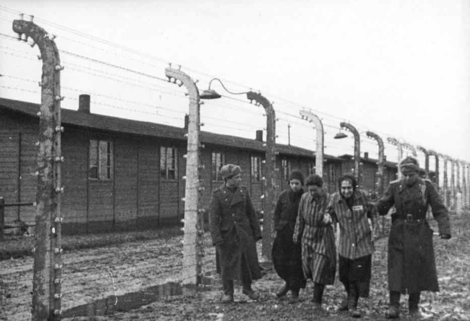 Zeci de gardieni de la lagărul Auschwitz-Birkenau, anchetaţi la 68 de ani de la terminarea celui de-la Doilea Război Mondial