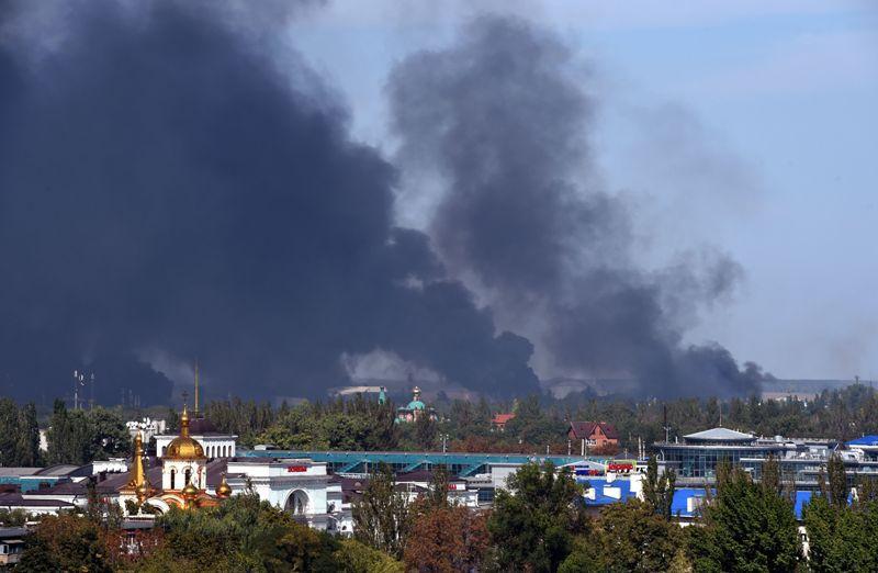 Cum arată pacea din Ucraina: tiruri de artilerie grea şi o coloană imensă de fum �n Doneţk