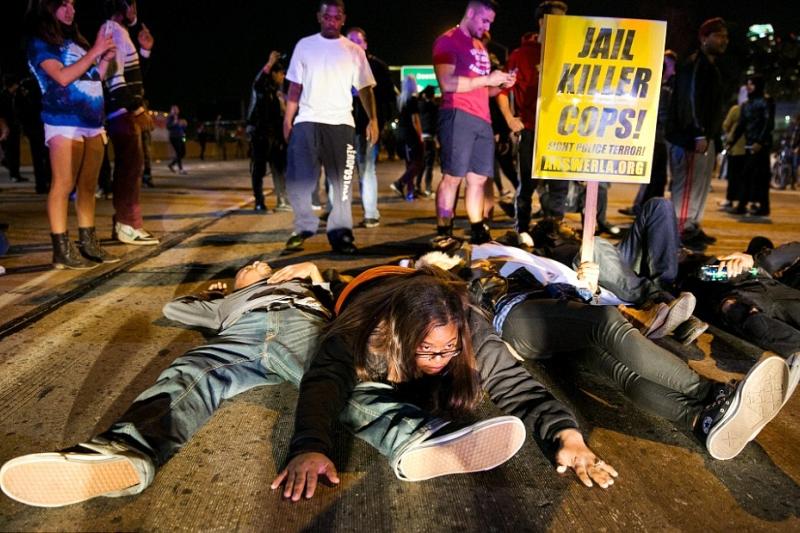 "GALERIE FOTO. Ferguson fierbe. ""�nchisoare pentru politistii ucigasi!"""