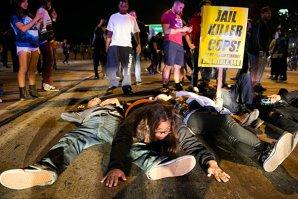 """GALERIE FOTO. Ferguson fierbe. """"Închisoare pentru poliţiştii ucigaşi!"""""""