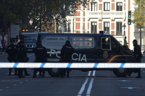 Un bărbat a intrat cu o maşină-capcană în sediul partidului la putere din Spania. Autorităţile: Nu este un atentat, este un patron de firmă care a pierdut totul